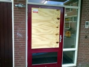 Beschadigde voordeur RK de Regenboog