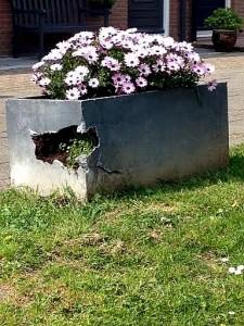 Kapotte bloembakken Molencatensingel