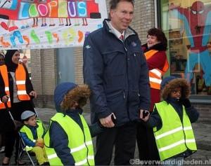 N. Swaneveld met kinderen van RK de Regenboog