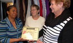 Tineke v Hal overhandigt de prijs aan Sandra Zimmerman