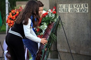 Leerlingen van Brienenoordschool leggen een krans voor het monument